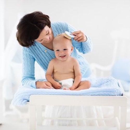 5 consigli per prendersi cura dei capelli del neonato