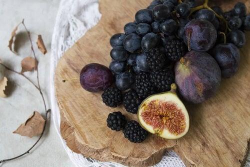 Alcuni frutti viola su un tagliere