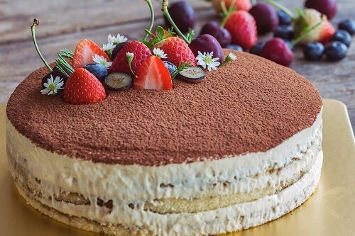 Una torta rotonda al tiramisù e fragoline
