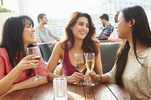 Tre amiche parlano al bar