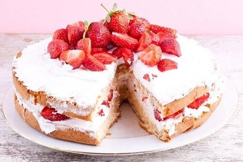 Torta gelata alle fragole con una fetta tagliata