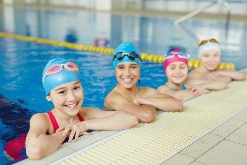 Bambine sul bordo della piscina