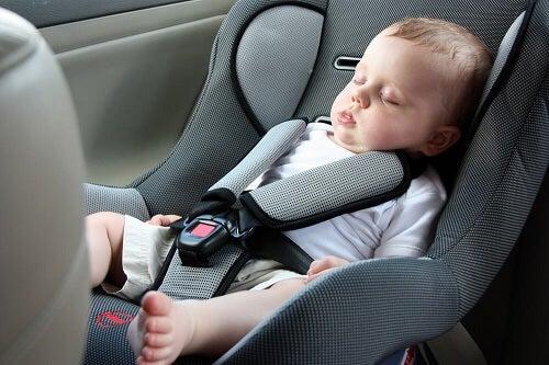 Dormire nel seggiolino auto può essere pericoloso