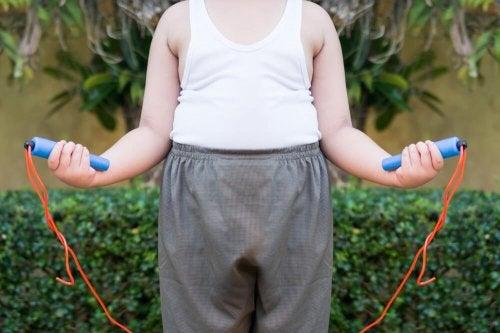 Bambino salta la corda