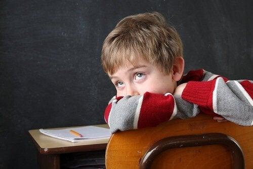 Bambino a scuola poco concentrato