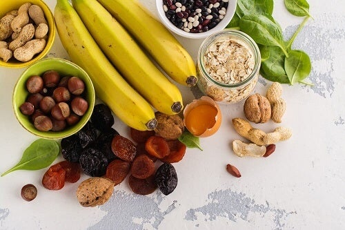 Banane, frutta secca e cereali su un tavolo
