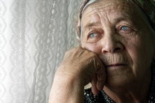 Donna anziana con foulard in testa
