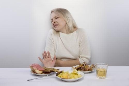 Donna con gastrite rifiuta la carne
