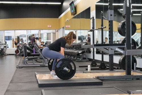 Donna pratica sollevamento pesi