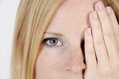 Macchie sul viso: 5 possibili cause