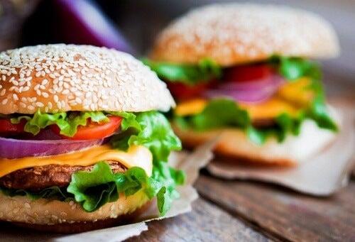 Due panini con hamburger di pollo