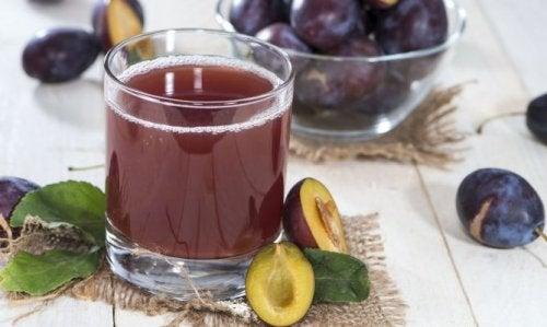 Bicchiere di frullato a base di finocchio e prugne