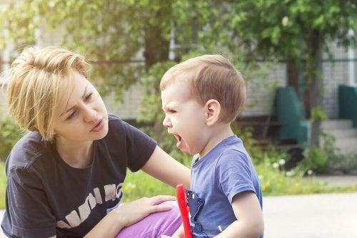 Madre calma il bambino arrabbiato