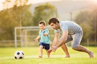 Padre e figlio giocano a calcio