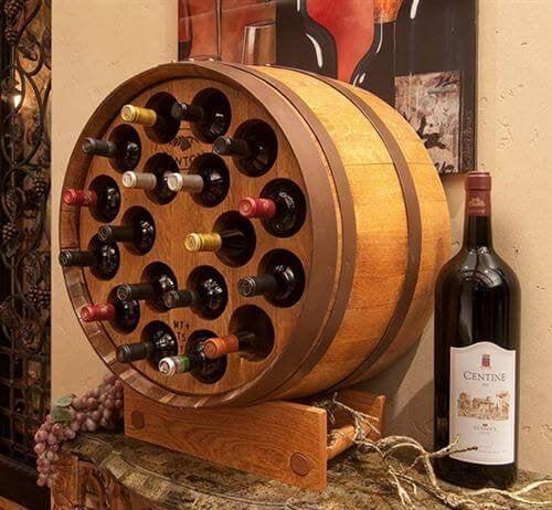 Botte con vino in bottiglia