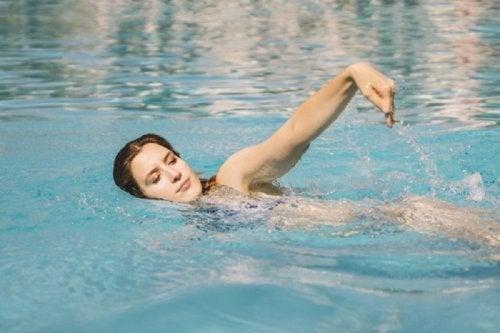 Ragazza pratica nuoto