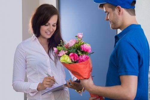 Ragazza riceve un regalo dal fidanzato