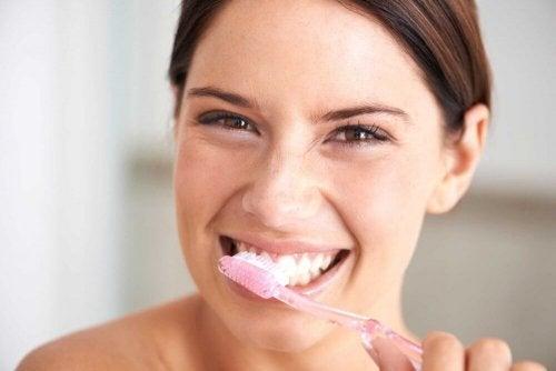 Ragazza si spazzola i denti