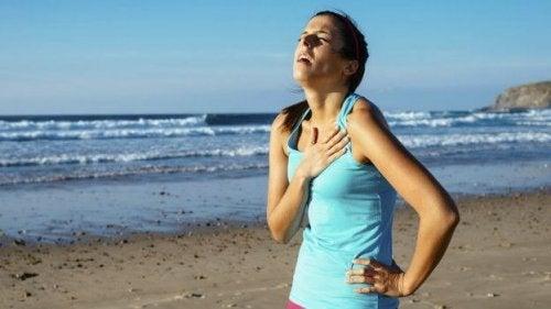 Ragazza stanca respira a fatica