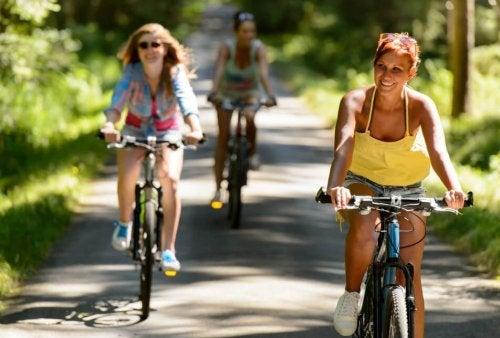 Ragazze in bicicletta su strada di campagna
