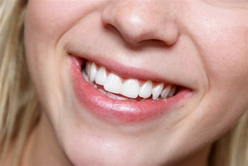 Sorriso femminile con denti bianchi