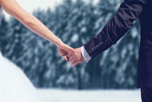 Sposi camminano sulla neve