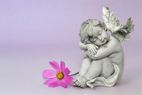 Statua a forma di angelo e fiore