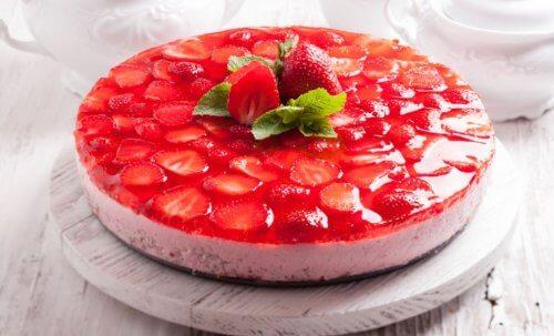 Dessert con fragole e biscotto coperto da gelatina
