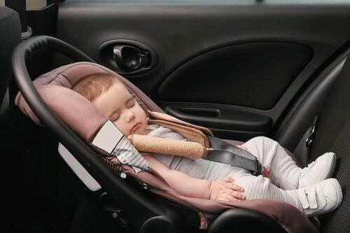 Un seggiolino auto montato davanti al contrario con bebe che dorme