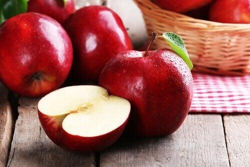 una mela rossa tagliata a metà