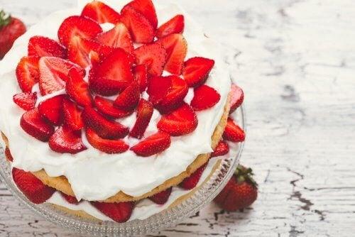 Torta di fragole con panna senza zucchero