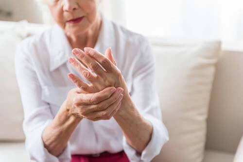 Anziana si tocca la mano