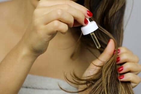 Olio di argan per i capelli secchi.