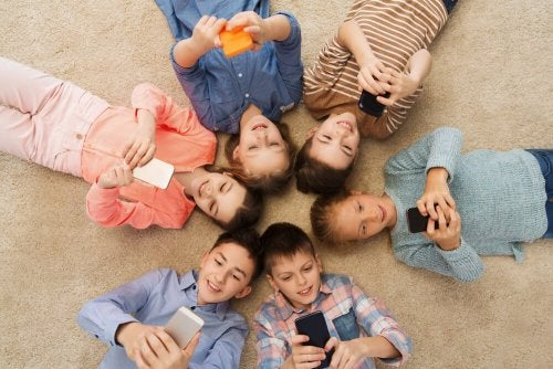 Bambini con cellulari