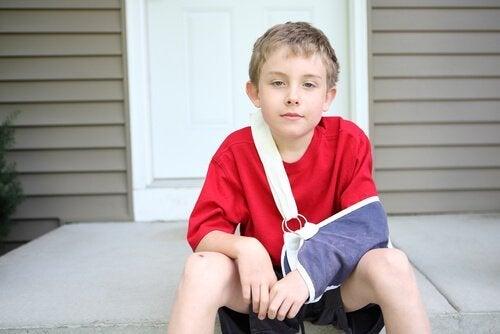 Bambino con braccio rotto