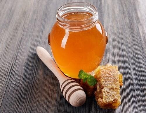 Barattolo con miele e spargimiele