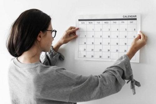 Donna che appende il calendario scolastico