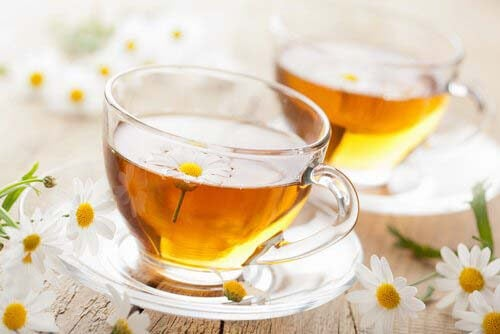 La camomilla è una delle bevande calde contro i dolori mestruali