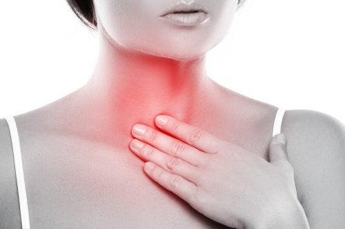 Donna con gola infiammata
