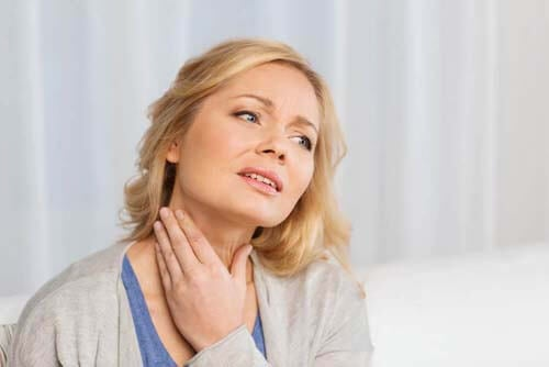 Donna con mal di gola