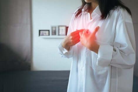 Esofagite da reflusso: donna con reflusso gastroesofageo.