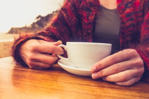 Donna con tazzina di caffè