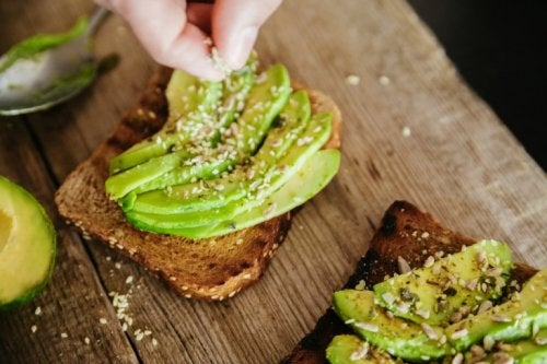 Toast con avocado e semi di sesamo