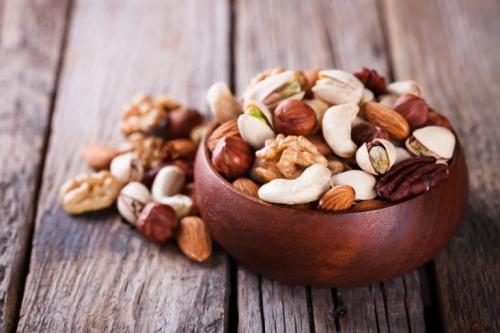 Contenitore con noci, nocciole, anacardi e pistacci