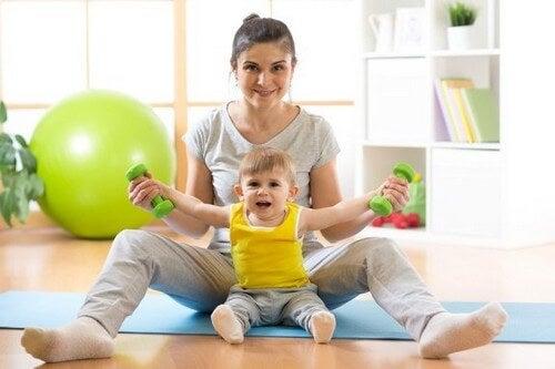 Insegnare al neonato a stare seduto