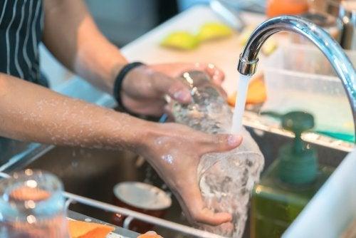 Sciacquare i bicchieri con acqua