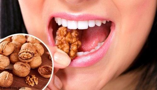 Le noci sono uno degli alimenti contro la depressione