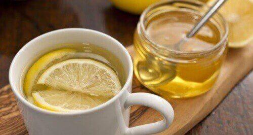 Limone e miele per curare il prurito alla gola