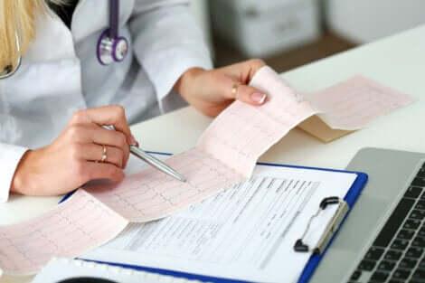 Medico interpreta un elettrocardiogramma.