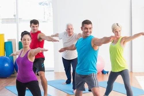 Persone si allenano in palestra